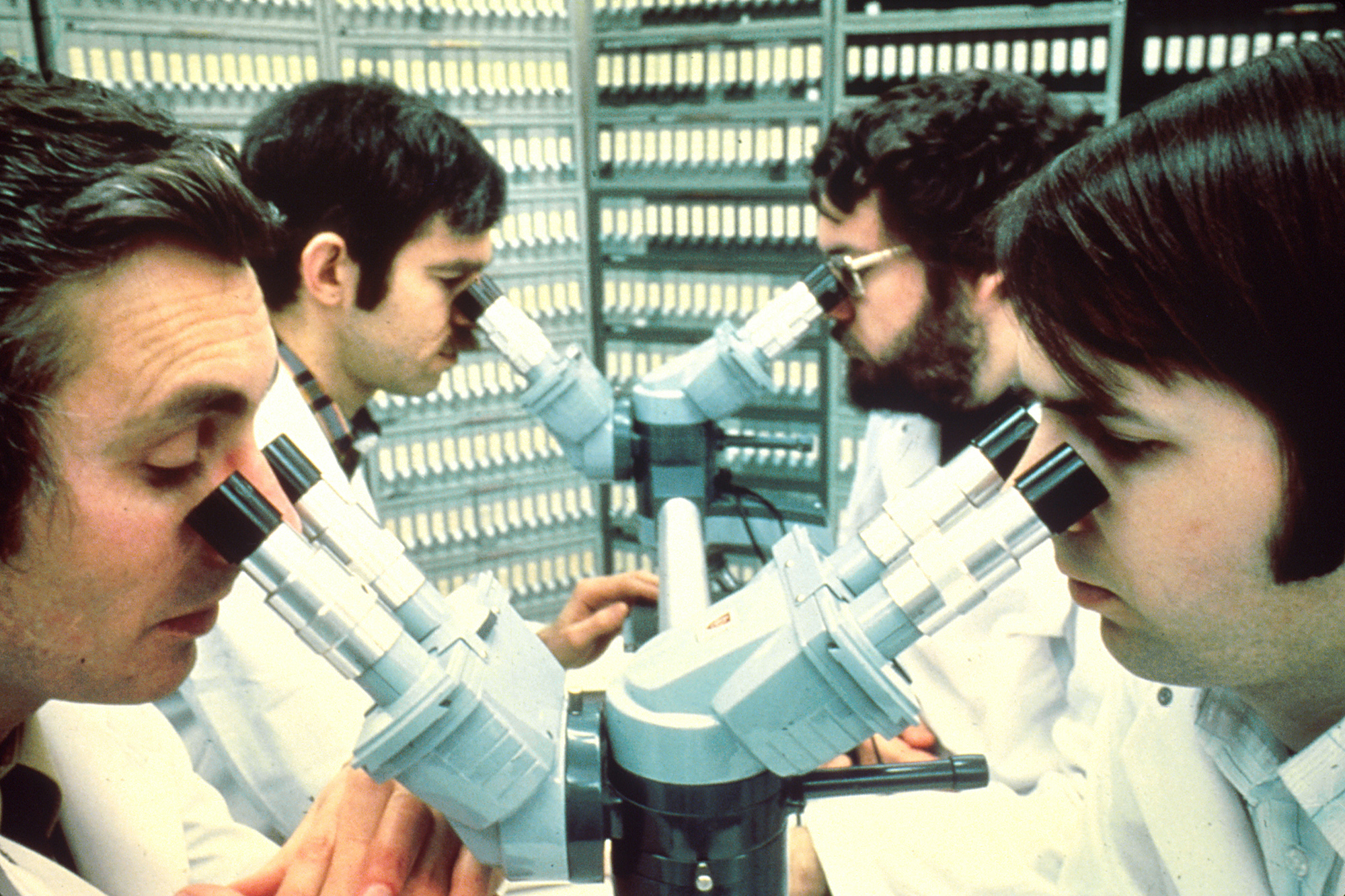 Pathologists_looking_into_microscopes